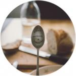 nood-Philosophie mit Teelöffel vor unscharfen Frühstückstisch